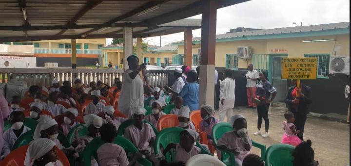 [Mardi Gras] Les tout-petits du groupe scolaire Les cultivés de Wassakara visitent la Fscucom dudit quartier