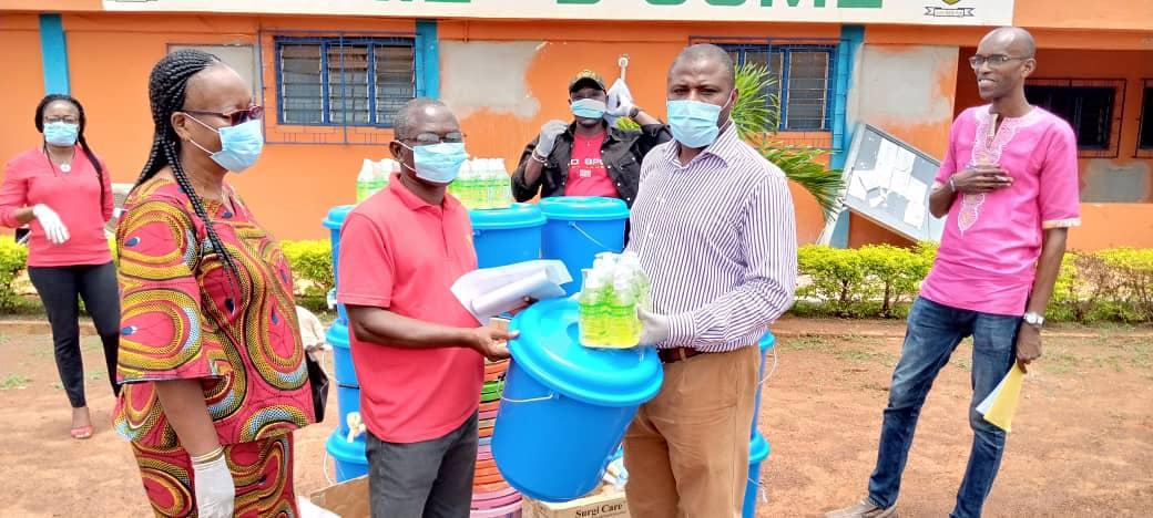 [Côte d'Ivoire] Le maire d'Oumé offre un important lot de dispositifs de lavages de mains et de protection à ses administrés