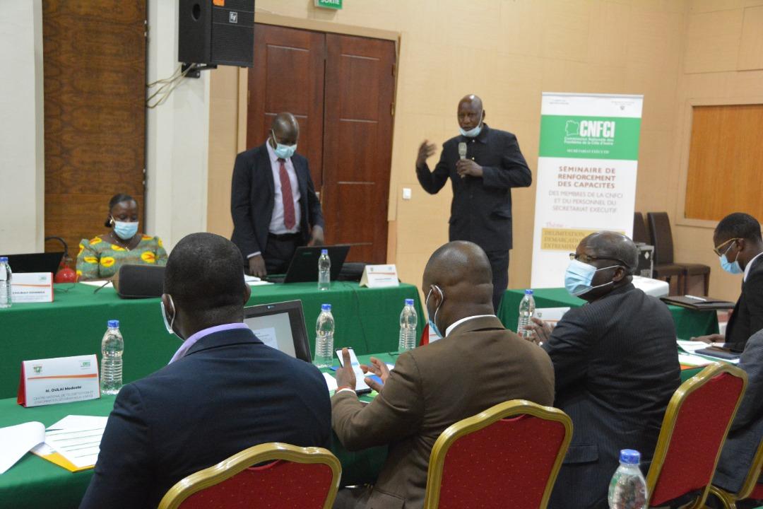 Le secrétaire exécutif de la CNFCI, Diakalidia Konaté et le formateur, l'ancien secrétaire permanent de la Commission nationale des frontières du Niger, Hamadou Mounkaïla
