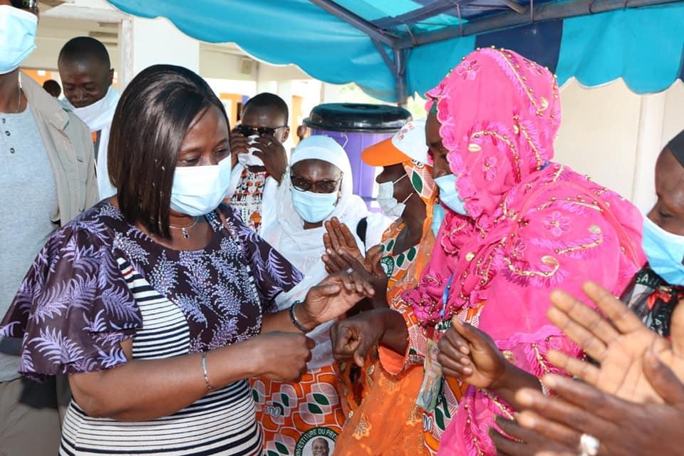 La secrétaire d'État, Clarisse Kayo Mahi, accueillie dans la liesse populaire à Man